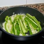 Limpiamos el pimiento y lo cortamos en bastones. Lo incorporamos a la tartera cuando la cebolla empieza a coger color.