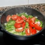 Cortamos los tomates en cuartos. Los añadimos al sofrito, salpimentamos y ponemos un poco de azúcar para corregir la acidez.