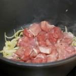 Cuando la carne esté bien hecha por todos lados incorporamos el vino y removemos bien. Espolvoreamos el pimentón y dejamos cocer tapado durante 15 minutos.