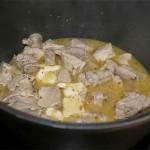 Antes de servir removemos un poco más. Emplatamos poniendo la carne y salseamos un poco por encima. El Provolone le da a la carne un sabor fabuloso, con un aire italiano que no dejará indiferente a nadie.