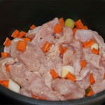 Calentar un poco de aceite en una cacerola. Escurrir la carne y las verduras, reservando el jugo de la maceración. Saltear el pavo hasta que empiece a coger color.