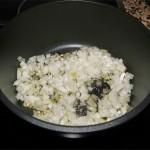 Lavamos bien todas las verduras. Pelamos y picamos el ajo y la cebolla. Calentamos el aceite en una cacerola y doramos a fuego medio con un poco de sal hasta que cojan color.