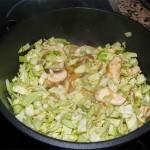 Cortar el repollo en brunoise y seguir rehogando. Remover todo bien para mezclar los sabores. El jugo de la cacerola será la base de nuestra sopa (no hace falta añadir caldo concentrado).
