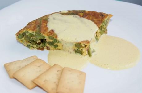 Tortilla de espárragos trigueros y chorizo con mayonesa al pimentón