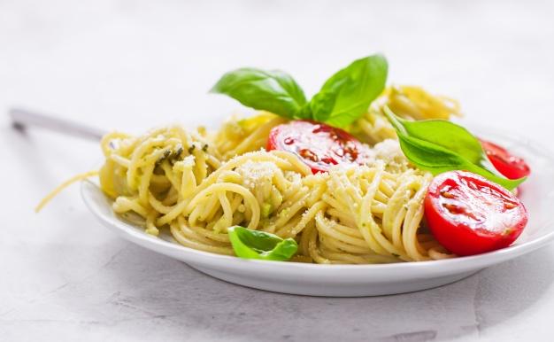 espaguetis con tomate y parmesano