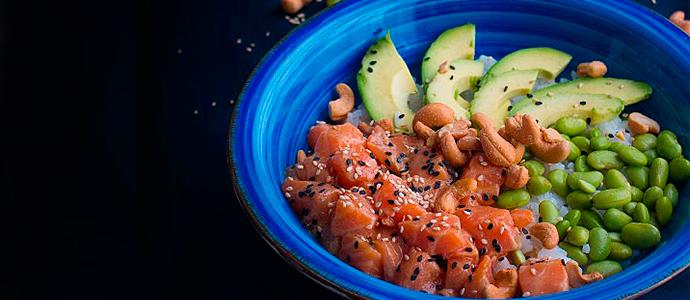 Receta de poke bowl de salmón